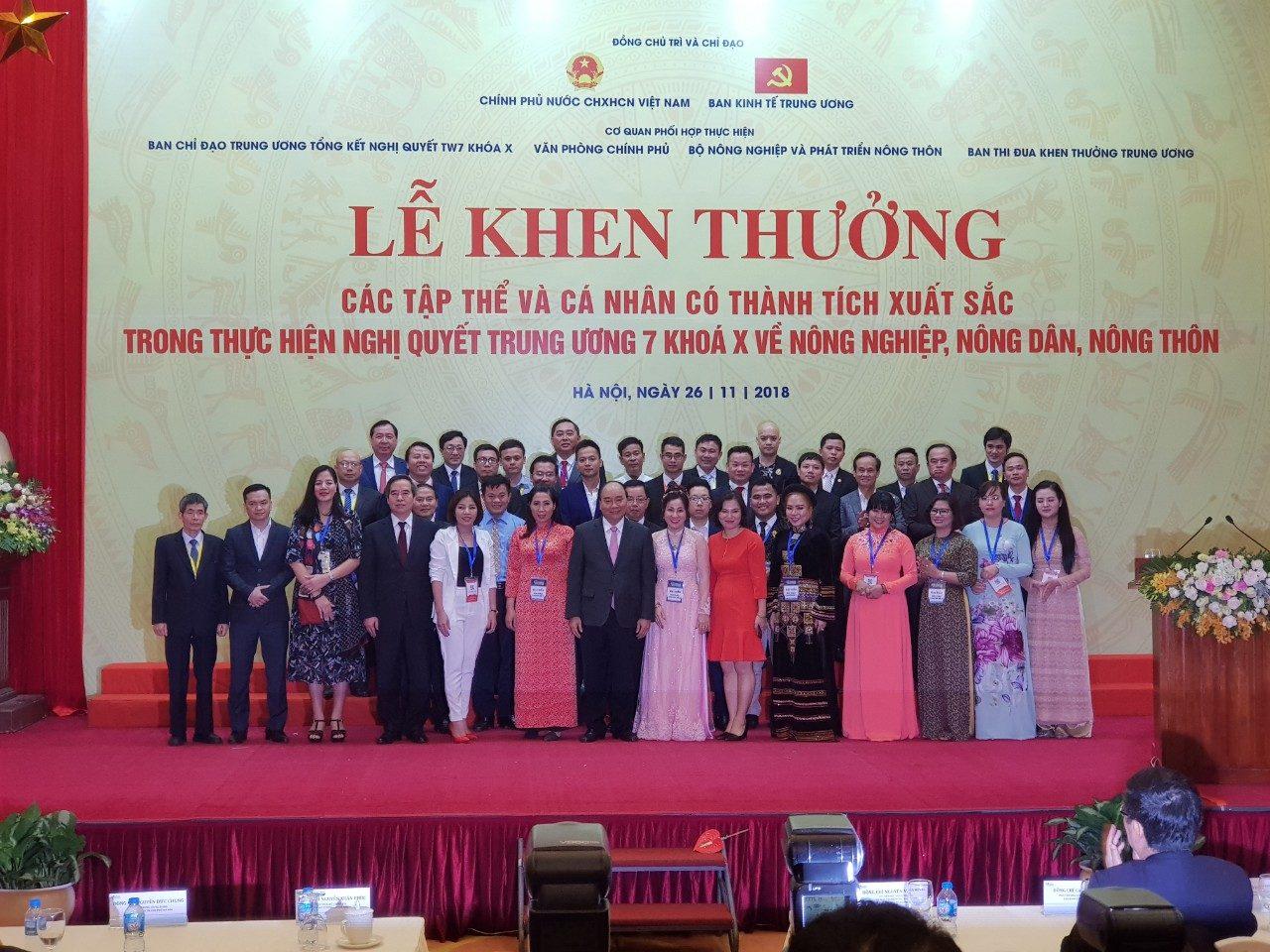 CEO Nextfarm ông Trần Quang Cường, áo vest xanh, hàng thứ hai, đứng ngay sau Thủ tướng Nguyễn Xuân Phúc