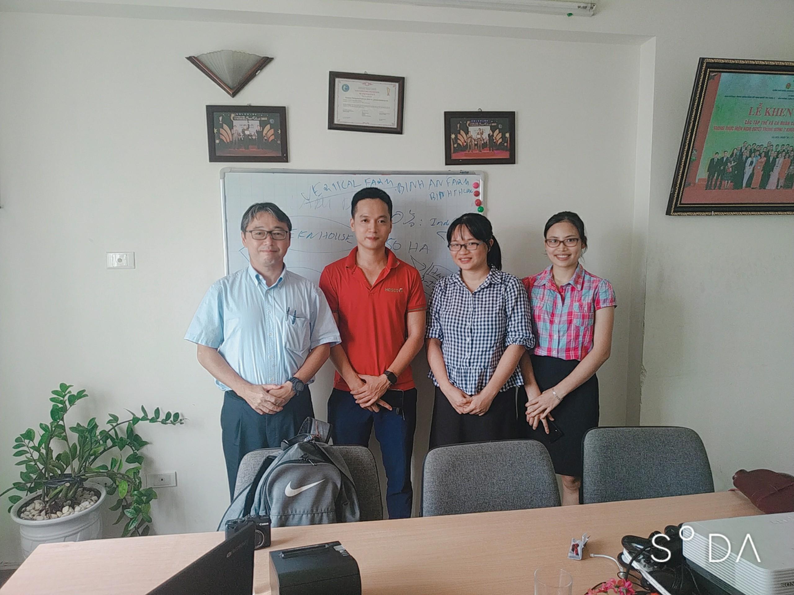 CEO Nextfarm ông Trần Quang Cường (áo đỏ) và Phó Chủ tịch Jetro Nhật Bản tại Thái Lan ông Shozo Sakata